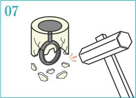 石膏を割り、指輪を取り出す。